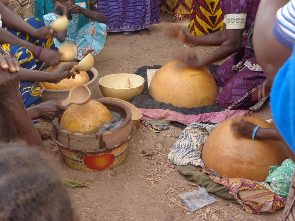 Copyright zembalacultur/ tambour à eau lors d'une soirée funéraire