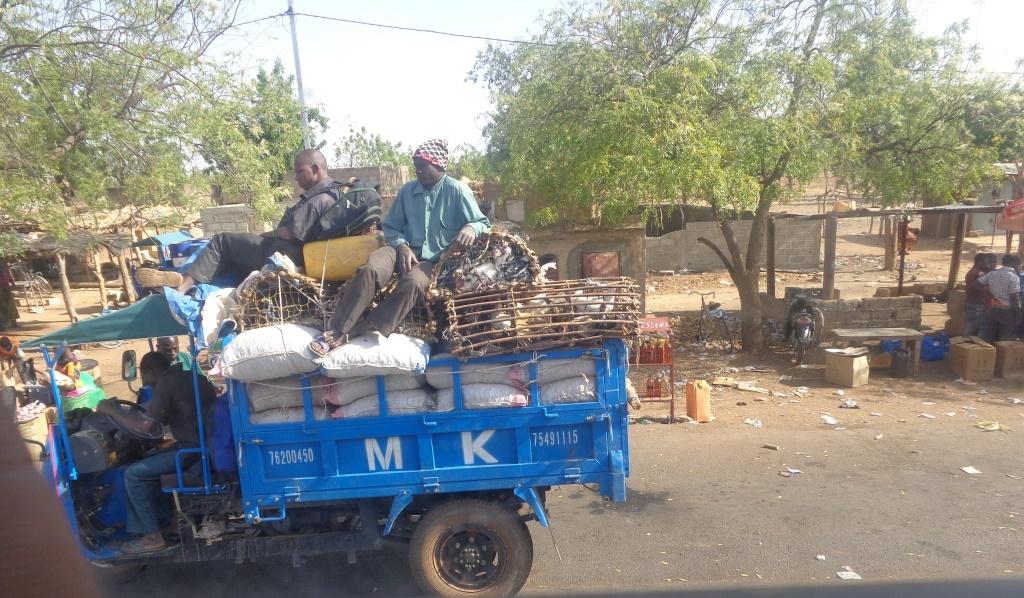 Copyright zembalacultur/ un marchand Mossi transportant ses marchandises